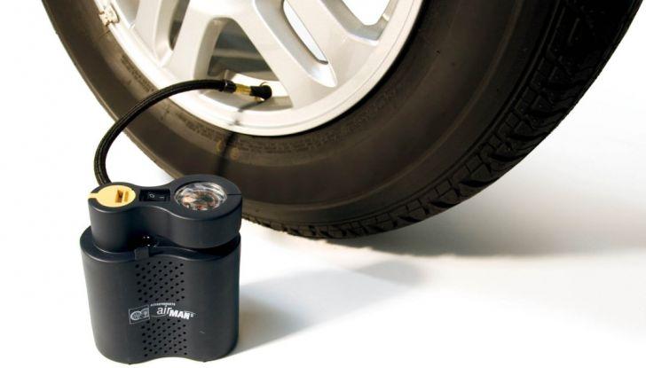 Foratura pneumatico: come salvare la gomma senza chiamare soccorsi - Foto 2 di 6