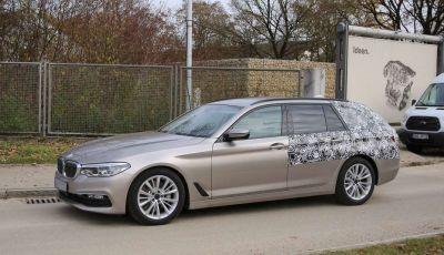 BMW Serie 5 Touring nuove foto spia con minori camuffature