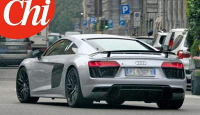 Maurizio Crozza sorpreso da CHI a bordo di una potente Audi R8 V10 Coupè