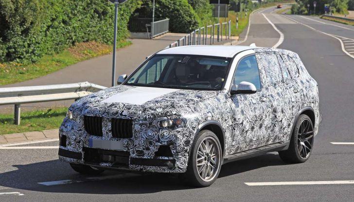 BMW X5 M foto spia del SUV in versione sportiva - Foto 1 di 17