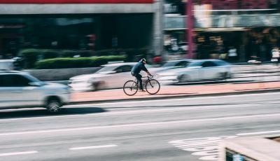 Milano: autovelox e multe per fermare il boom di incidenti con bici e monopattini