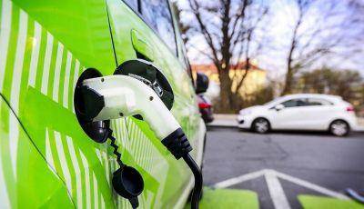 Milano: nel 2023 distributori dotati di colonnine per auto elettriche