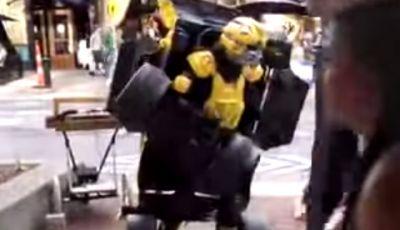 Transformer umano, un artista di strada si trasforma in una vettura