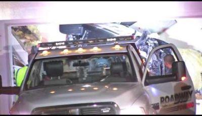 BMW sfonda il tetto di una casa in California