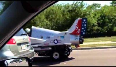 Un Jet che viaggia su strada