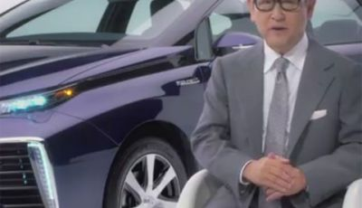 Akio Toyoda illustra la Toyota Mirai, l'auto del futuro