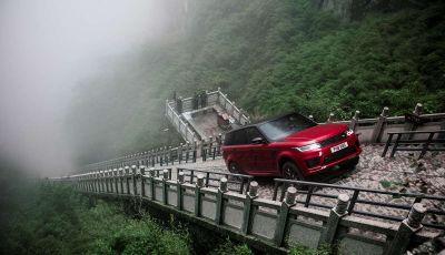 Range Rover Sport PHEV, il SUV ibrido plug-in scala la Porta del Cielo