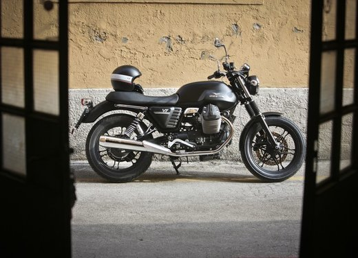 Nuova Moto Guzzi V7 test ride: classica, basic o sportiva - Foto 14 di 31