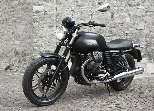 Nuova Moto Guzzi V7 test ride: classica, basic o sportiva - Foto 12 di 31