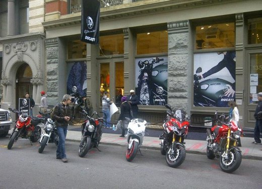 Ducati Monster Diesel nei Ducati Store - Foto 15 di 38