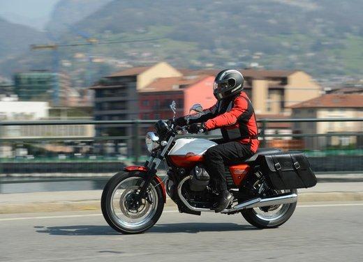 Nuova Moto Guzzi V7 test ride: classica, basic o sportiva - Foto 11 di 31