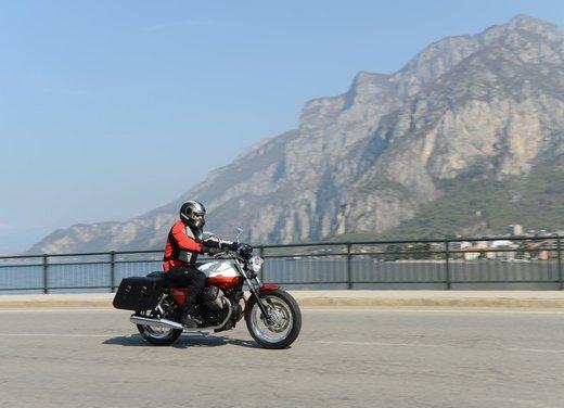 Nuova Moto Guzzi V7 test ride: classica, basic o sportiva - Foto 10 di 31