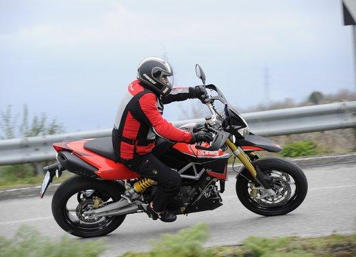 Aprilia Dorsoduro 1200 test ride: potenza sotto controllo - Foto 18 di 43
