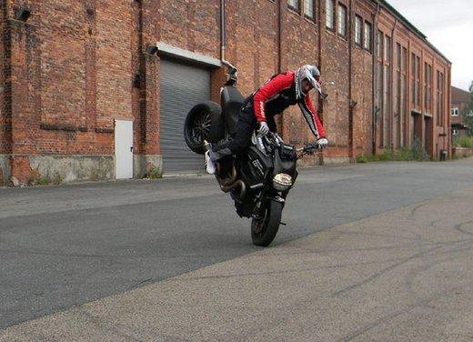 Ducati Diavel: ecco come la fa impennare lo stuntman Micha Threin - Foto 6 di 8
