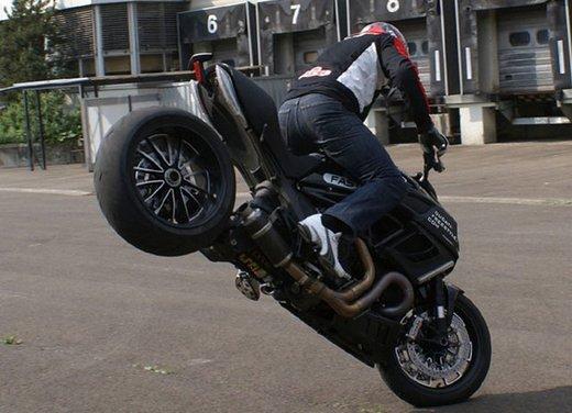 Ducati Diavel: ecco come la fa impennare lo stuntman Micha Threin - Foto 8 di 8
