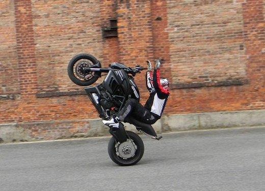 Ducati Diavel: ecco come la fa impennare lo stuntman Micha Threin - Foto 2 di 8