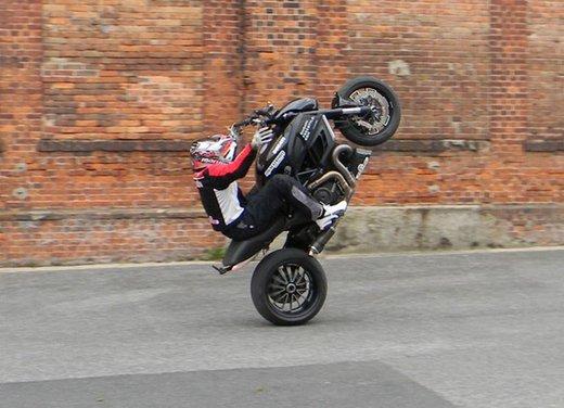 Ducati Diavel: ecco come la fa impennare lo stuntman Micha Threin - Foto 3 di 8