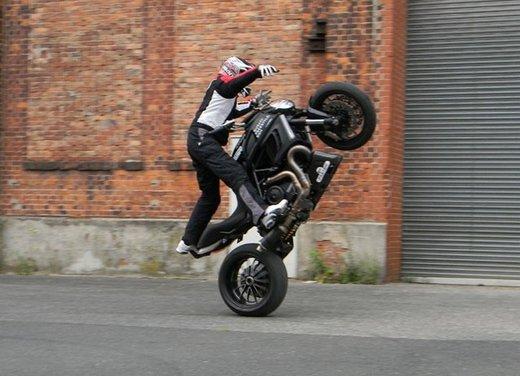 Ducati Diavel: ecco come la fa impennare lo stuntman Micha Threin - Foto 4 di 8