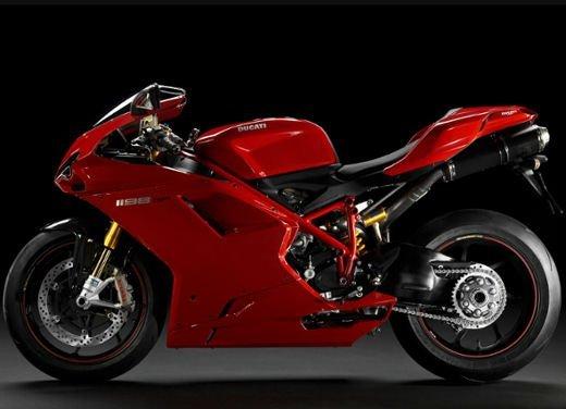 """Ducati 1198 SP """"Moto più Bella del Web 2011"""": Carlos Checa riceve il premio - Foto 10 di 11"""