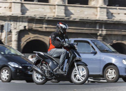 """Honda SH listino prezzi e caratteristiche dello scooter a """"ruote alte"""" Honda - Foto 1 di 33"""