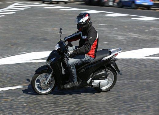 """Honda SH listino prezzi e caratteristiche dello scooter a """"ruote alte"""" Honda - Foto 2 di 33"""