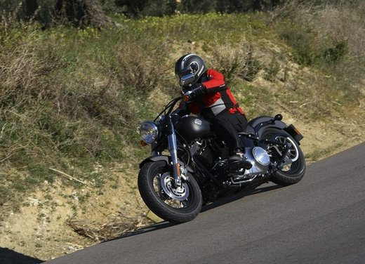 Harley Davidson Softail Slim test ride del bobber stile anni '50 - Foto 4 di 17