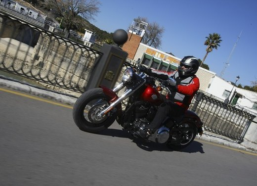 Harley Davidson Softail Slim test ride del bobber stile anni '50 - Foto 6 di 17