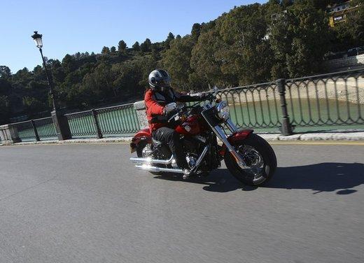 Harley Davidson Softail Slim test ride del bobber stile anni '50 - Foto 2 di 17