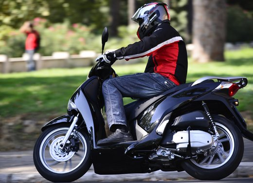 """Honda SH listino prezzi e caratteristiche dello scooter a """"ruote alte"""" Honda - Foto 6 di 33"""
