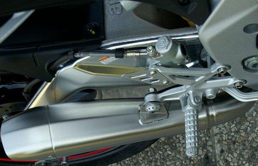 Aprilia Tuono V4 R con scarico Hydroform by HP Corse - Foto 8 di 14