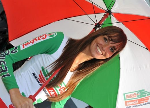 Umbrella girls al GP di Magny-Cours di SBK - Foto 6 di 13
