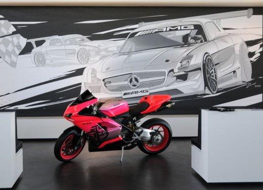 Ducati 848 rosa negli uffici AMG