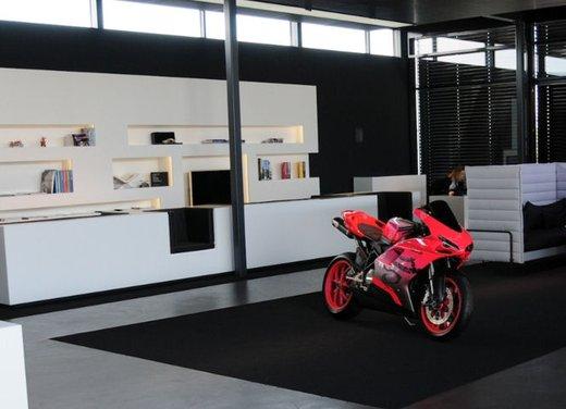 Ducati 848 rosa negli uffici AMG - Foto 2 di 10