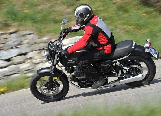 Nuova Moto Guzzi V7 test ride: classica, basic o sportiva - Foto 5 di 31