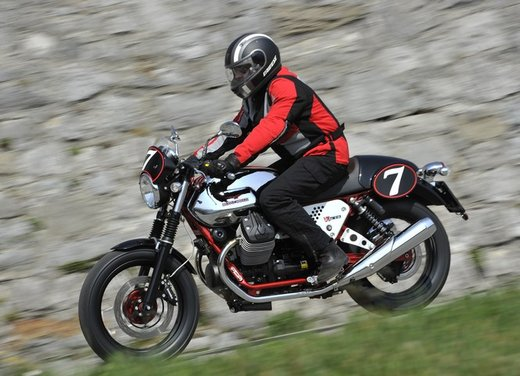Nuova Moto Guzzi V7 test ride: classica, basic o sportiva - Foto 8 di 31