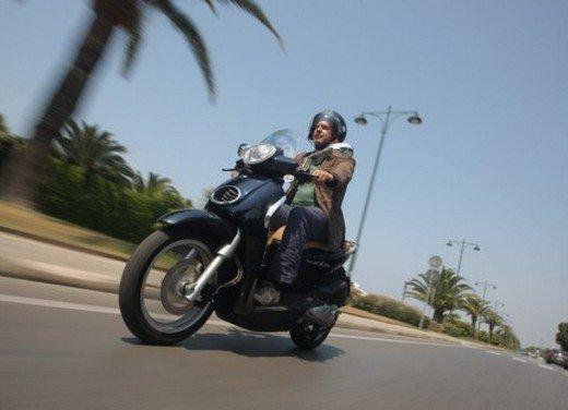 Aprilia Scarabeo 200 ie: prezzi, promozioni e novità dello scooter Aprilia - Foto 9 di 23