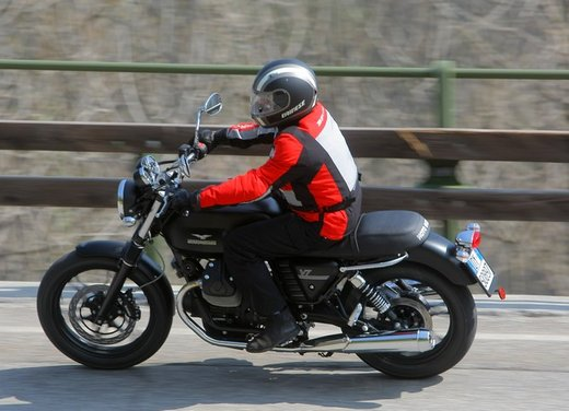 Nuova Moto Guzzi V7 test ride: classica, basic o sportiva - Foto 9 di 31