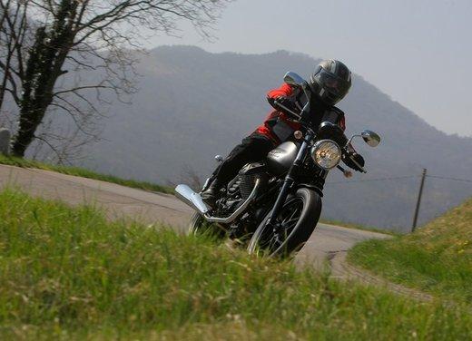 Nuova Moto Guzzi V7 test ride: classica, basic o sportiva - Foto 25 di 31