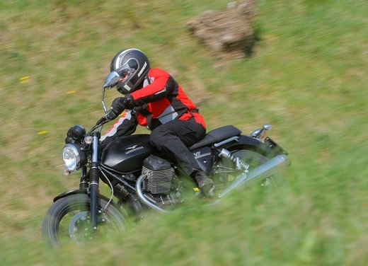 Nuova Moto Guzzi V7 test ride: classica, basic o sportiva - Foto 23 di 31