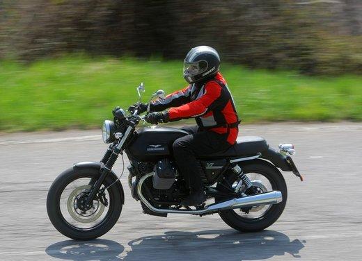 Nuova Moto Guzzi V7 test ride: classica, basic o sportiva - Foto 21 di 31