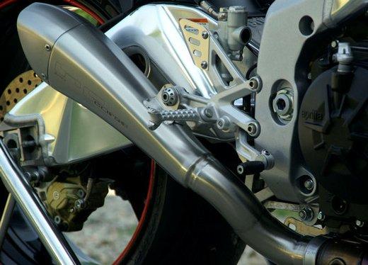 Aprilia Tuono V4 R con scarico Hydroform by HP Corse - Foto 13 di 14