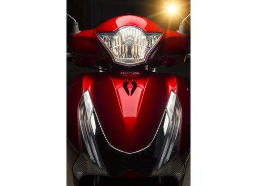 """Honda SH listino prezzi e caratteristiche dello scooter a """"ruote alte"""" Honda - Foto 26 di 33"""