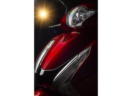 """Honda SH listino prezzi e caratteristiche dello scooter a """"ruote alte"""" Honda - Foto 28 di 33"""