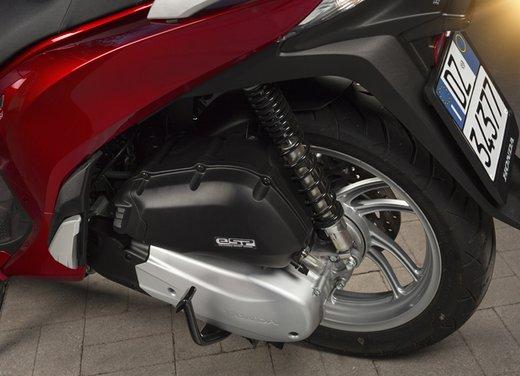 """Honda SH listino prezzi e caratteristiche dello scooter a """"ruote alte"""" Honda - Foto 17 di 33"""