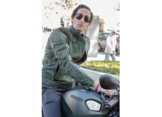 Adrien Brody a Los Angeles in sella alla Ducati Monster Diesel - Foto 3 di 4
