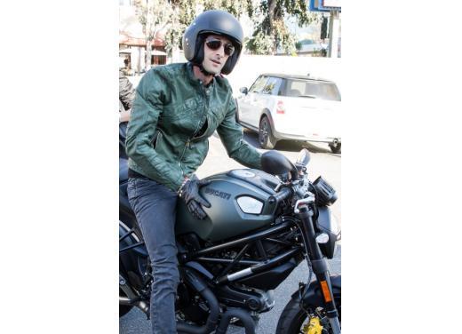 Adrien Brody a Los Angeles in sella alla Ducati Monster Diesel - Foto 4 di 4