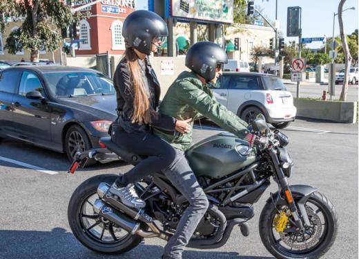 Adrien Brody a Los Angeles in sella alla Ducati Monster Diesel - Foto 1 di 4