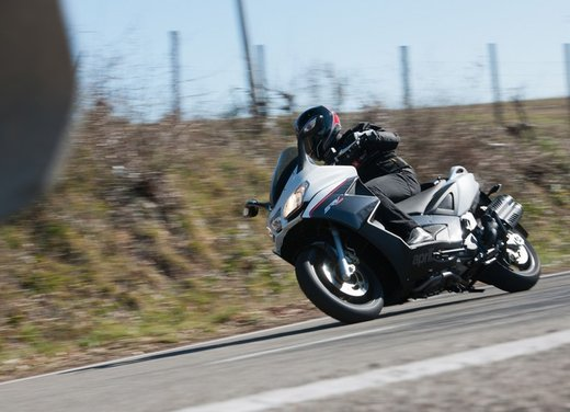 Aprilia SRV 850: prova su strada del maxi scooter sportivo di Noale - Foto 15 di 25