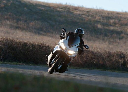 Aprilia SRV 850: prova su strada del maxi scooter sportivo di Noale - Foto 20 di 25