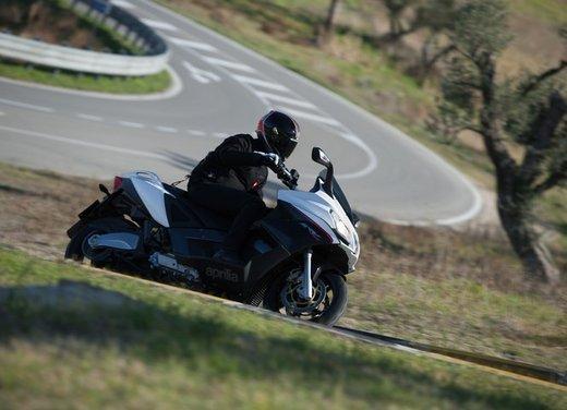Aprilia SRV 850: prova su strada del maxi scooter sportivo di Noale - Foto 12 di 25